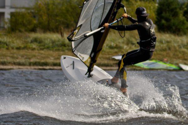 nauczanie pływania windsurfingu na wszystkich etapach zaawansowanie w SurfSzkola przy molo w Jastarni