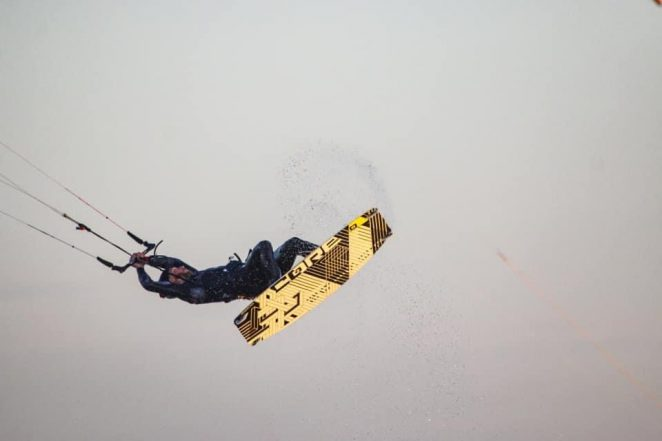Backroll jest również jednym z kitesurfingowych tricków który możemy wykonać na wypięciu czyli unhooked. Skok na wypięciu charakteryzują się tym, że podczas najazdu do triicku ściągamy chikenllopa z haka trapezowa i całość skoku wykonujemy trzymając bar wyłącznie silą własnych mięśni.