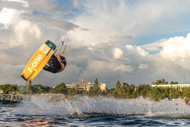 Możliwości wykonania backrolla na kitesurfingu jest bardzo wiele; można go wykonać nisko nad wodą jednak najbardziej efektowane są backrolle wykonywane wysoko nad wodą. Wykonanie wysokiego skoku umożliwia nadania mu stylu poprze dołożenie np. graba czyli przytrzymania deski ręką!