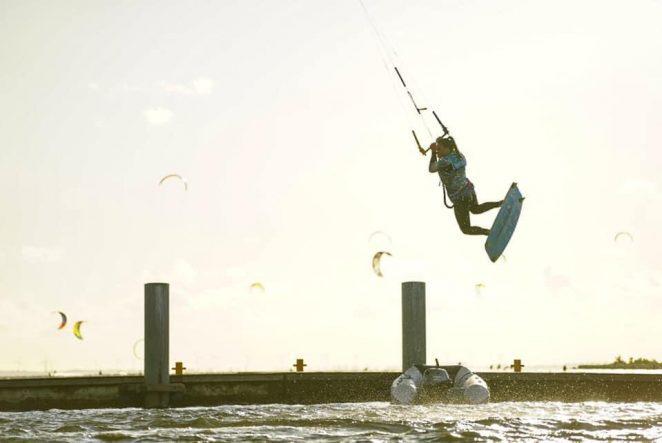 Bacroll na kite to jeden z podstawowych skoków umożliwiających naukę nieco bardziej skomplikowanych ewolucji freestylowych na kitesurfingu